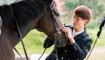 馬具を装着しながらコンディションを確認。